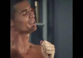 بالفيديو.. رونالدو يختبر نفسه في الغناء!