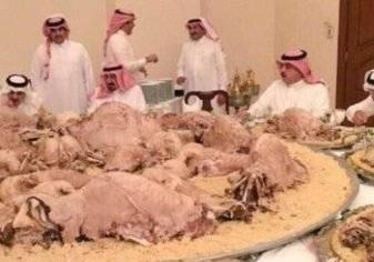 بالصور... وليمة عملاقة على شرف أمير سعودي تثير غضب السعوديين