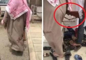 بالفيديو.... مسنٌ يحمل سلاحًا يدخل إلى مسجد في السعودية