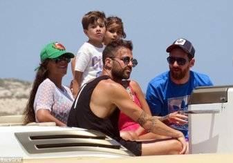 بالصور.. ميسي وفابريجاس رفقة أسرتيهما على شواطئ إسبانيا