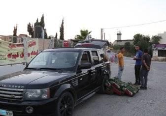 فلسطيني يحول سيارته الفاخرة إلى بسطة على قارعة الطريق