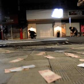 شاهد.. عصابة تنثر النقود في شوارع البرازيل