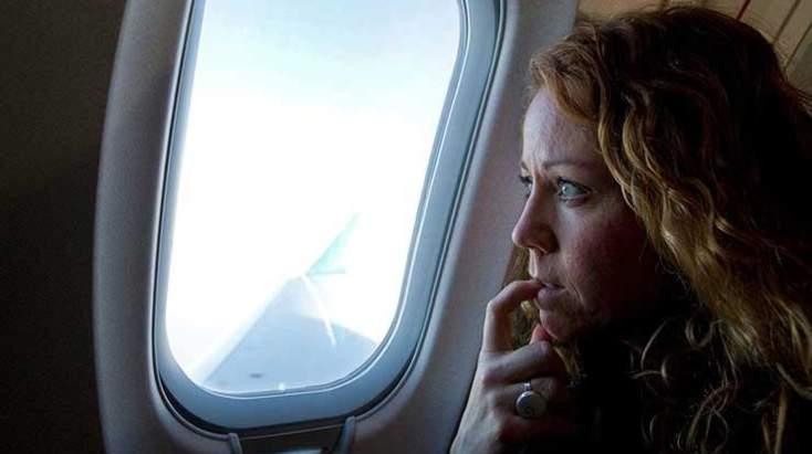 شاهد.. انتقام غير متوقع من فتاة على متن طائرة