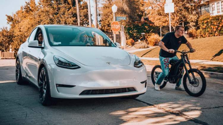 سباق مثير بين دراجة كهربائية وسيارة تيسلا.. من يفوز؟