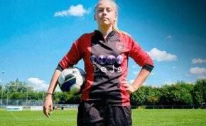 انضمام شابة لفريق كرة قدم من الرجال لأول مرة في التاريخ