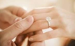 شاب يعرض الزواج على حبيبته بطريقة غير مألوفة