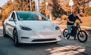 شاهد: سباق مثير بين دراجة كهربائية وسيارة تيسلا.. من يفوز؟