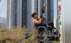 الإرادة تصنع المعجزات.. مشلول يتسلق ناطحة سحاب بكرسي متحرك (فيديو)