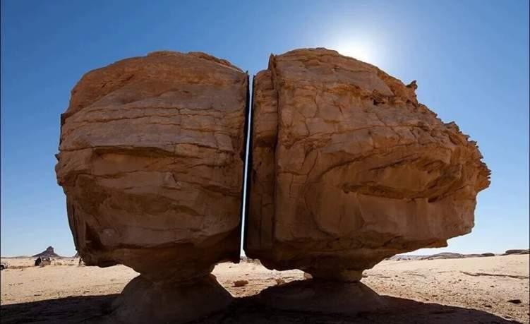 """ما قصة """"صخرة تيماء المشطورة"""" في السعودية؟"""