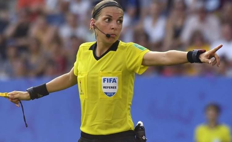 أول حكم أنثى تقود مباراة في دوري أبطال أوروبا للرجال