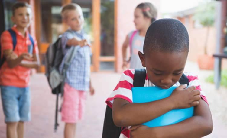 كيف تتعامل مع طفلك إذا تعرض للتنمر؟