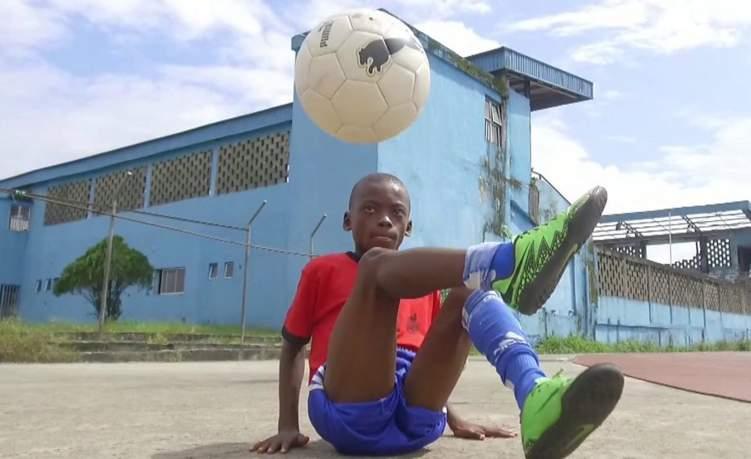 شاهد.. طفل يتميز بمهارة نادرة في كرة القدم