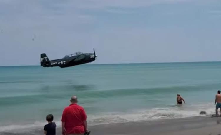 مشهد يحبس الأنفاس.. طائرة تسقط فوق شاطئ مكتظ بالزوار