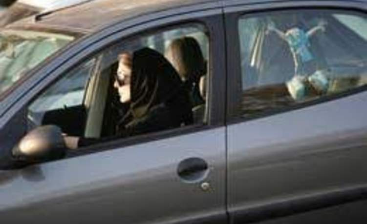 شاهد.. امرأة تسبب كارثه في محل لتغيير الزيت في السعودية
