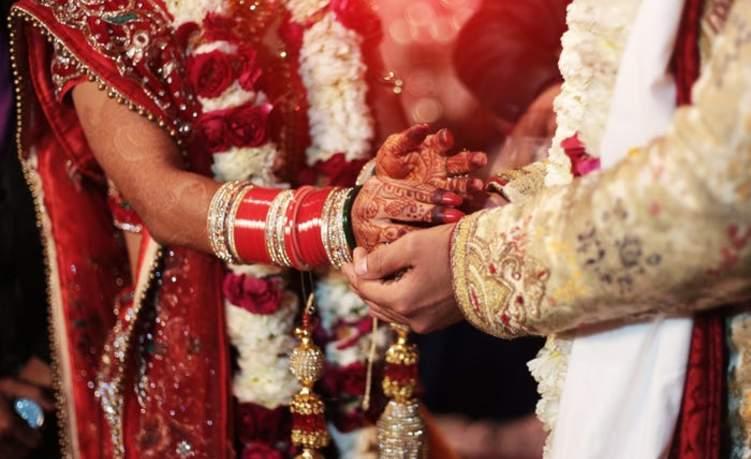 """هندي يطلق وزجته لانها لا تستحم.. والزوجة """" هذا الطلب يفوق الطاقة""""!"""