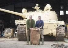 بريطاني يعثر على 5 سبائك ذهبية داخل دبابة عراقية!