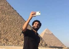 """بالصور.. """"الفرعون المصري"""" في أحضان الأهرامات"""