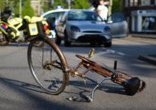 رد فعل صادم لشاب صدمته سيارة وهو يقود دراجته الهوائية (فيديو)