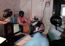 موظفون بالهند يمارسون عملهم داخل مكتبهم وهم يرتدون الخوذات. . والسبب!