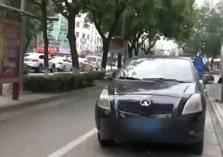 تصرف متهور من امرأة لمنع زوجها من الخروج بسيارته (فيديو)