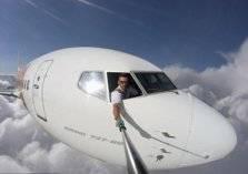 """ما هي حقيقة الطيار الذي يلتقط صور """"سيلفي"""" وهو يطل من مقصورة الطائرة؟"""