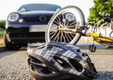شاب يسحل سائق سيارة على الأرض قبل أن يهرب بدراجته (فيديو)