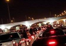 لحظة وقوع حادث مروع بين سيارة وشاحنة على جسر الملك فهد (فيديو)