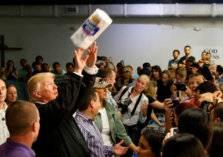 """ترامب يرمي المناديل الورقية ويمازح """"البورتوريكيين""""!"""
