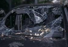 شاب يعتدي على فتاة بداخل سيارتها بالكويت ويستولي على هاتف ويهرب (فيديو)