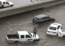 شاهد ما فعلته الأمطار الغزيرة بالسيارات في جدة (فيديو وصور)