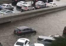 تصرف غير متوقع من شخص بعد غرق شوارع جدة وتعطل حركة المرور (فيديو)