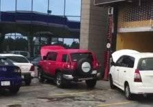 تضرر سيارات بعد تعبئة الوقود من محطات بجدة. . ووزارة التجارة تتدخل (فيديو)