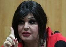 مذيع يغازل الراقصة فيفي عبده على الهواء.. شاهد رد فعلها (فيديو)