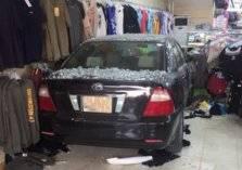 امرأة تقتحم محل ملابس بسيارتها في الأحساء (صور وفيديو)