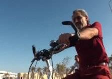الوليد بن طلال يقود الدراجة الهوائية في شوارع الرياض (فيديو)