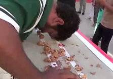 باكستاني يدخل جينيس بعد تحطيم 247 حبة جوز برأسه (صور)