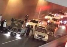 انقلاب سيارتين بنفق مستشفى الأمير منصور بالطائف (فيديو)