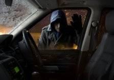 ملثم يهاجم سيارة بداخلها امرأة بعد أن تركها صاحبها في وضع التشغيل بالرياض (فيديو)