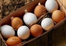 ما الفرق بين البيض البني والأبيض؟ جواب يفاجئ الجميع