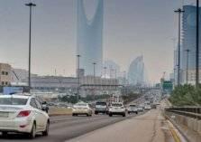 سيارة طائشة تدهس طفلاً أثناء عبوره طريق بالرياض (فيديو)
