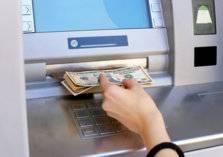 بالفيديو.. ماكينة للصرف الآلي تلقي الأموال على المارة