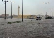 شاهد ما فعلته الأمطار الغزيرة في السيارات بقرى محايل (فيديو)