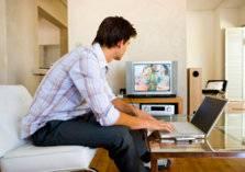 هل يتسبب التلفاز والكمبيوتر في ضعف النظر؟ (فيديو)