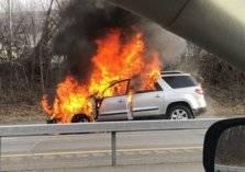أحد الأشخاص يضرم النار في سيارة دفع رباعي بالمملكة (فيديو)