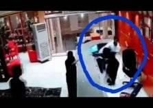 بالفيديو.. سعودي يعتدى بالضرب على موظفة استقبال في فندق