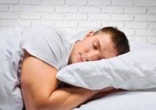 وضعية نومك تؤثر على صحة قلبك وعظامك!
