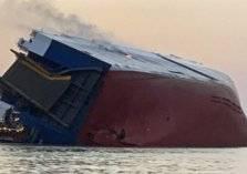 انقلاب سفينة تحمل سيارات تابعة لإحدى الوكالات السعودية (صور)