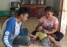 بسبب شح المعيشة.. عائلة ترضع طفلتها القهوة عوضاً عن الحليب (فيديو)