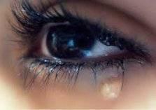 """فتاة تبكي """"كريستالًا"""" في حالة نادرة حيرت الأطباء (فيديو)"""