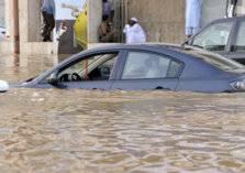 مياه السيول تُغرق عدد من المركبات بالعاصمة المقدسة (فيديو)
